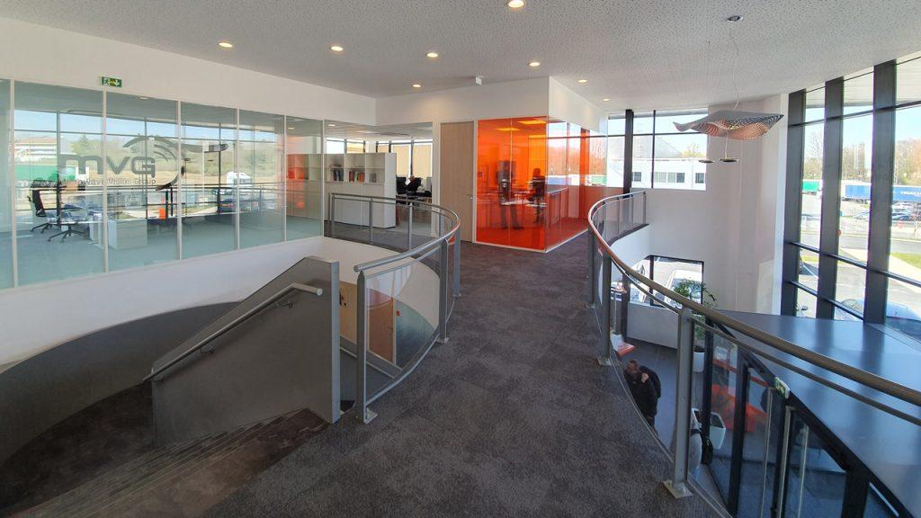 plafonds-rigitone-moquette-interface-composure-cloisons-bord-a-bord